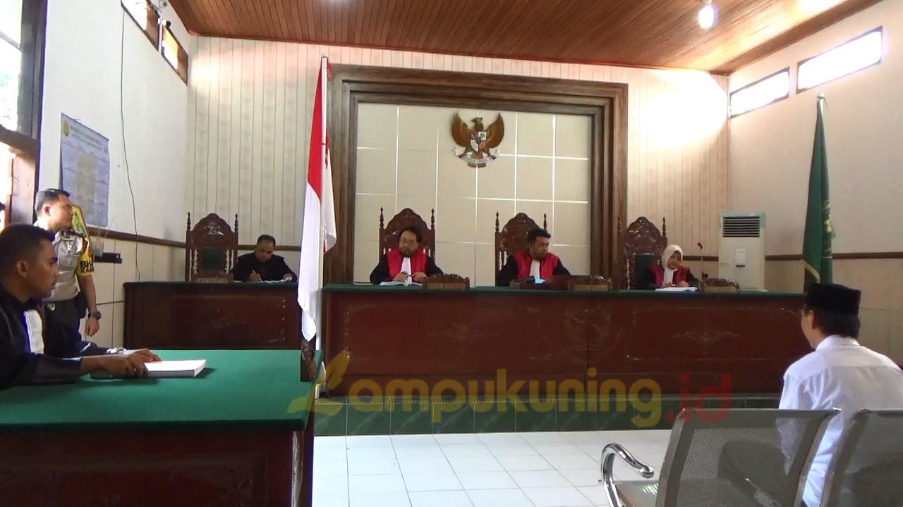Terdakwa Wardi saat diruang Pengadilan Negeri Bungo